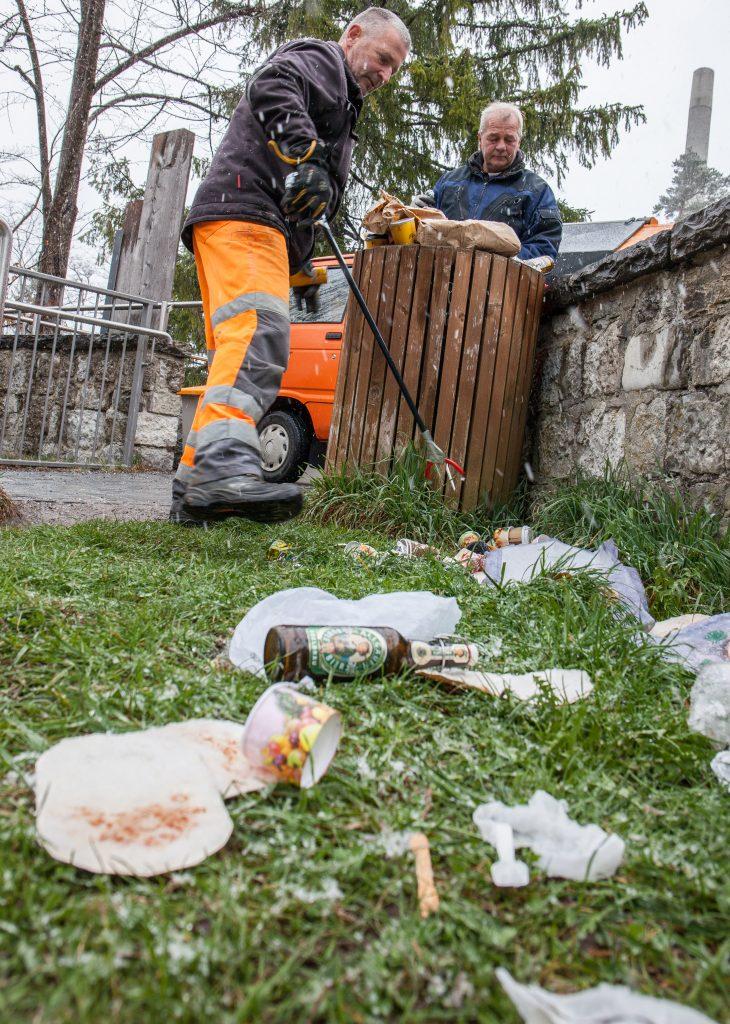 Besonders häufig sind Plätze bei touristischen Sehenswürdigkeiten vermüllt. Das Bild zeigt Mitarbeiter des Bauhofs beim Aufklauben von Müll am Lechfall.