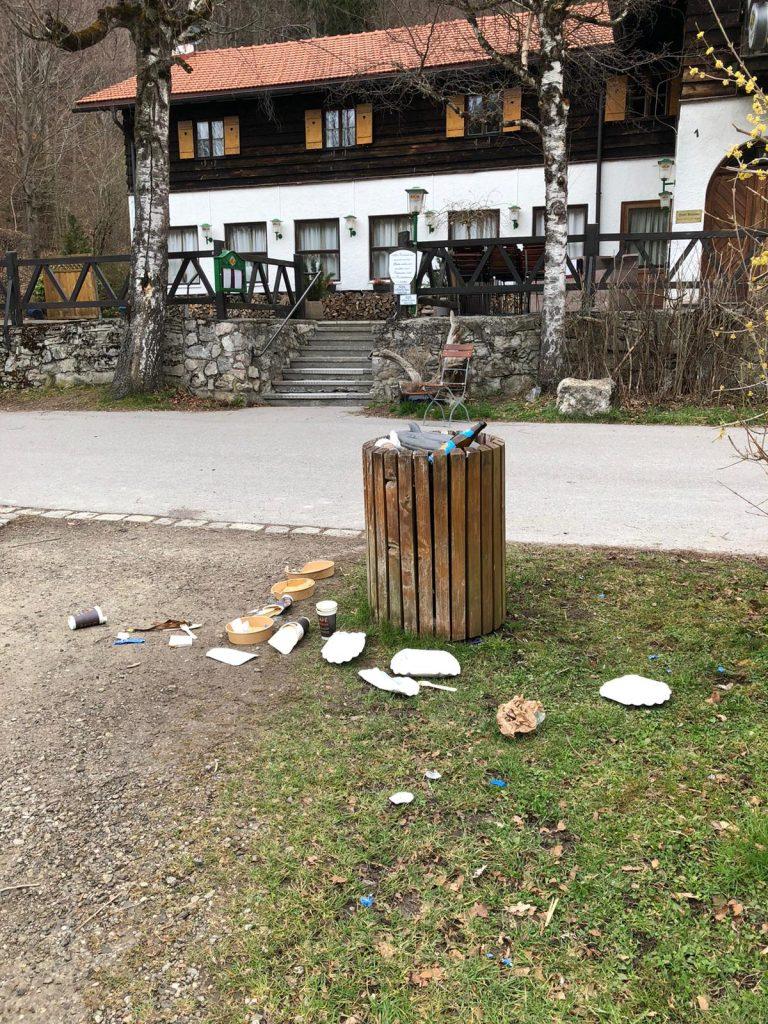 Pappbecher und –Teller machen einen großen Teil des Mülls aus.